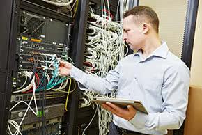 Elektronikversicherung - Servermanager bei der Arbeit