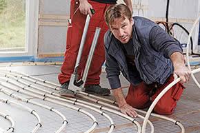 Produkthaftpflichtversicherung - Installateure bei der Arbeit