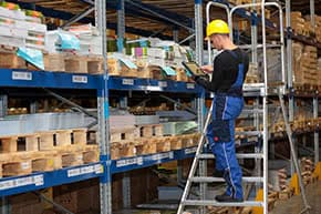 Warenkreditversicherung - Mitarbeiter im Lager