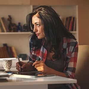 Inventarversicherung - Geschäftsfrau vergleicht Verträge online