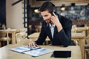 Betriebshaftpflichtversicherung - Geschäftsmann informiert sich