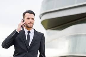 Firmenrechtsschutzversicherung - junger Anwalt im Gespräch