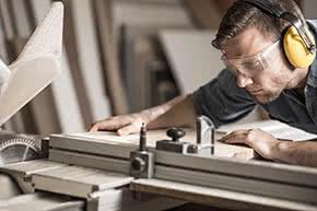 Betriebsunterbrechungsversicherung - Handwerker an Maschine