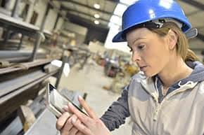 Betriebsversicherung - Arbeiterin untersucht Details