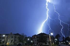 Geschäftsgebäudeversicherung - Blitz schlägt in Gebäude