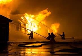 Geschäftsgebäudeversicherung - Feuerwehr löscht Brand