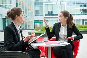 Firmenversicherung - Geschäftsfrauen im Gespäch