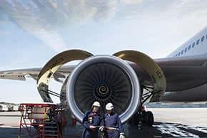 Luftfahrtversicherung - Arbeiter vor Flugzeug