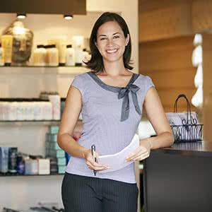 Geschäftsversicherung - glückliche Frau mit Vertrag