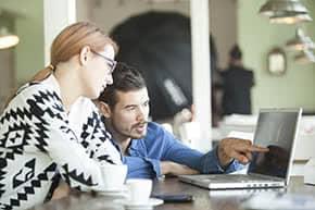 Inhaltsversicherung - Kollegen informieren sich online