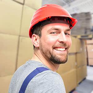 Speditionsversicherung - glücklicher Lagerarbeiter