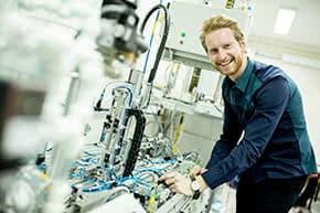 Maschinenversicherung - Ingenieur an Maschine