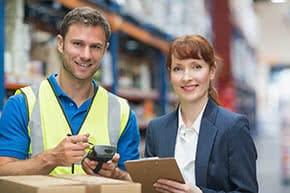 Inventarversicherung - Lagerarbeiter und Geschäftsfrau im Gespräch