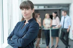 Managerhaftpflichtversicherung - Managerin im Büro