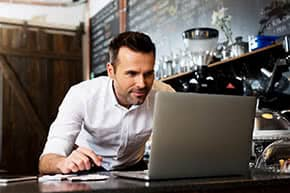 Geschäftsversicherung - Mann informiert sich online