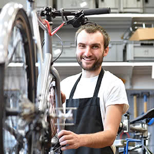 Betriebsversicherung - glücklicher Mechaniker
