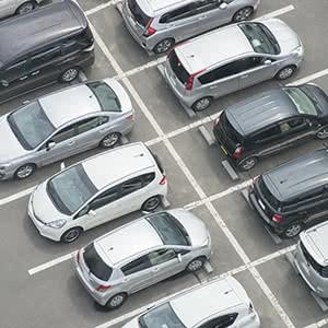 Flottenversicherung - Autos auf Parkplatz