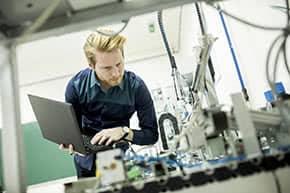 sachversicherung24 | Betriebsunterbrechungsversicherung - Ingenieur untersucht Maschinen
