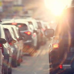 Verkehrshaftpflichtversicherung - Autofahrt durch die Stadt