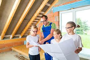 Bauherrenhaftpflichtversicherung - Vater erklärt seinen Kinder den Bauplan