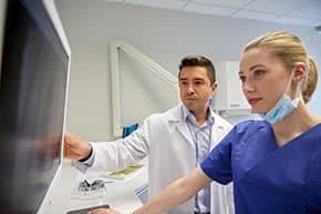 Berufshaftpflichtversicherung Ärzte – Ärzte betrachten Röntgenbild