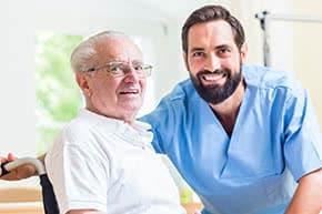 Berufshaftpflichtversicherung Altenpfleger – Altenpfleger mit Patient