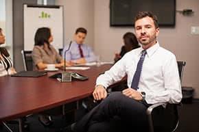 Berufshaftpflichtversicherung Anwälte – Anwalt in einer Besprechung