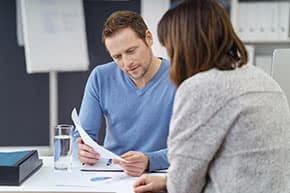 Berufshaftpflichtversicherung Berater – Berater mit Kundin