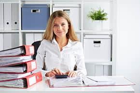 Berufshaftpflichtversicherung Buchhalter – Buchhalterin kontrolliert Unterlagen