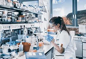Berufshaftpflichtversicherung Chemiker – Chemikerin im Labor