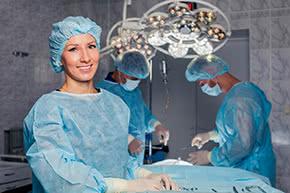 Betriebshaftpflichtversicherung Chirurg – Chirurgin im Operationssaal