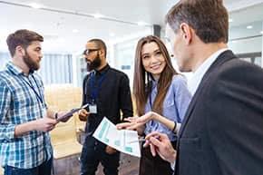Berufshaftpflichtversicherung Consulting – Geschäftsleute in einer Besprechung