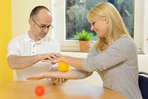 Berufshaftpflichtversicherung Ergotherapeuten – Frau bei der Ergotherapie