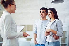 Betriebshaftpflichtversicherung Immobilienmakler – Immobilienmaklerin bei der Wohnungsbesichtigung