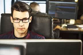 Betriebshaftpflichtversicherung Informatiker – Informatiker sitz am Computer