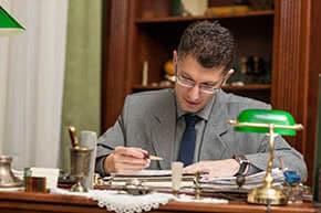 Betriebshaftpflichtversicherung Jurist – Jurist prüft Unterlagen