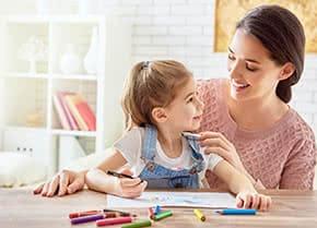 Betriebshaftpflichtversicherung Kinderbetreuung – Betreuerin mit Kind