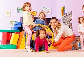 Betriebshaftpflichtversicherung Kindergarten – Kindergärtnerin mit Kindern