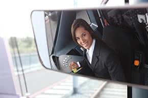 Berufshaftpflichtversicherung Lokführer – Lokführerin bei der Arbeit