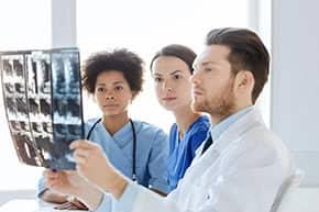 Berufshaftpflichtversicherung Mediziner – Ärzte mit Röntgenbild