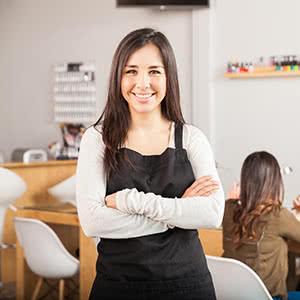 Berufshaftpflichtversicherung Nagelstudio - Zufriedene Nagelstudiobesitzerin