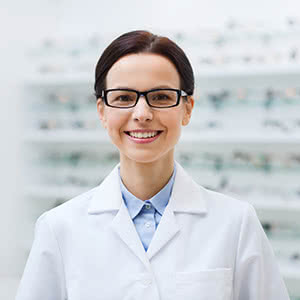 Berufshaftpflichtversicherung Optiker – Zufriedene Optikerin