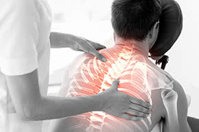 Berufshaftpflichtversicherung Osteopathen - Osteopathin mit Patient