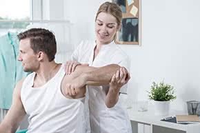 Berufshaftpflichtversicherung Physiotherapeut – Physiotherapeutin mit Patient