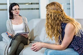 Berufshaftpflichtversicherung Psychologen – Psychologin mit Patientin