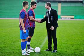 Berufshaftpflichtversicherung Spielervermittler – Spielervermittler auf dem Fussballfeld