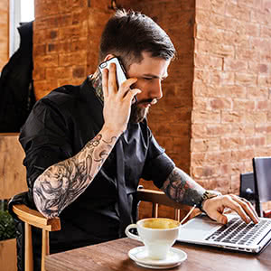 Berufshaftpflichtversicherung Tätowierer - Tätowierer informiert sich online