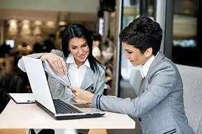 Berufshaftpflichtversicherung Unternehmensberater – Unternehmensberaterin bespricht Details