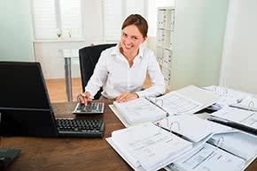 Betriebshaftpflichtversicherung Wirtschaftsprüfer – Wirtschaftsprüferin im Büro