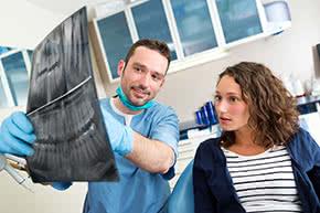 Berufshaftpflichtversicherung Zahnärzte – Zahnarzt mit Patientin